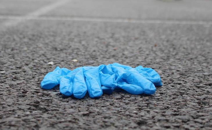 Abandonar guantes y mascarillas en el medio ambiente es una gravísima irresponsabilidad