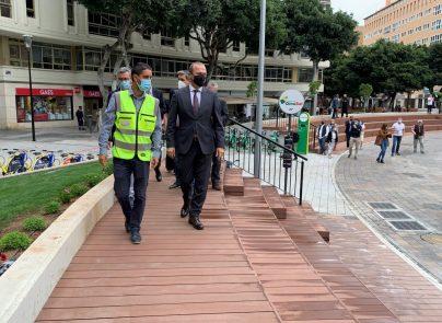 El alcade de Las Palmas de Gran Canaria pasenado por la nueva Plaza de España de la Zona Mesa y López