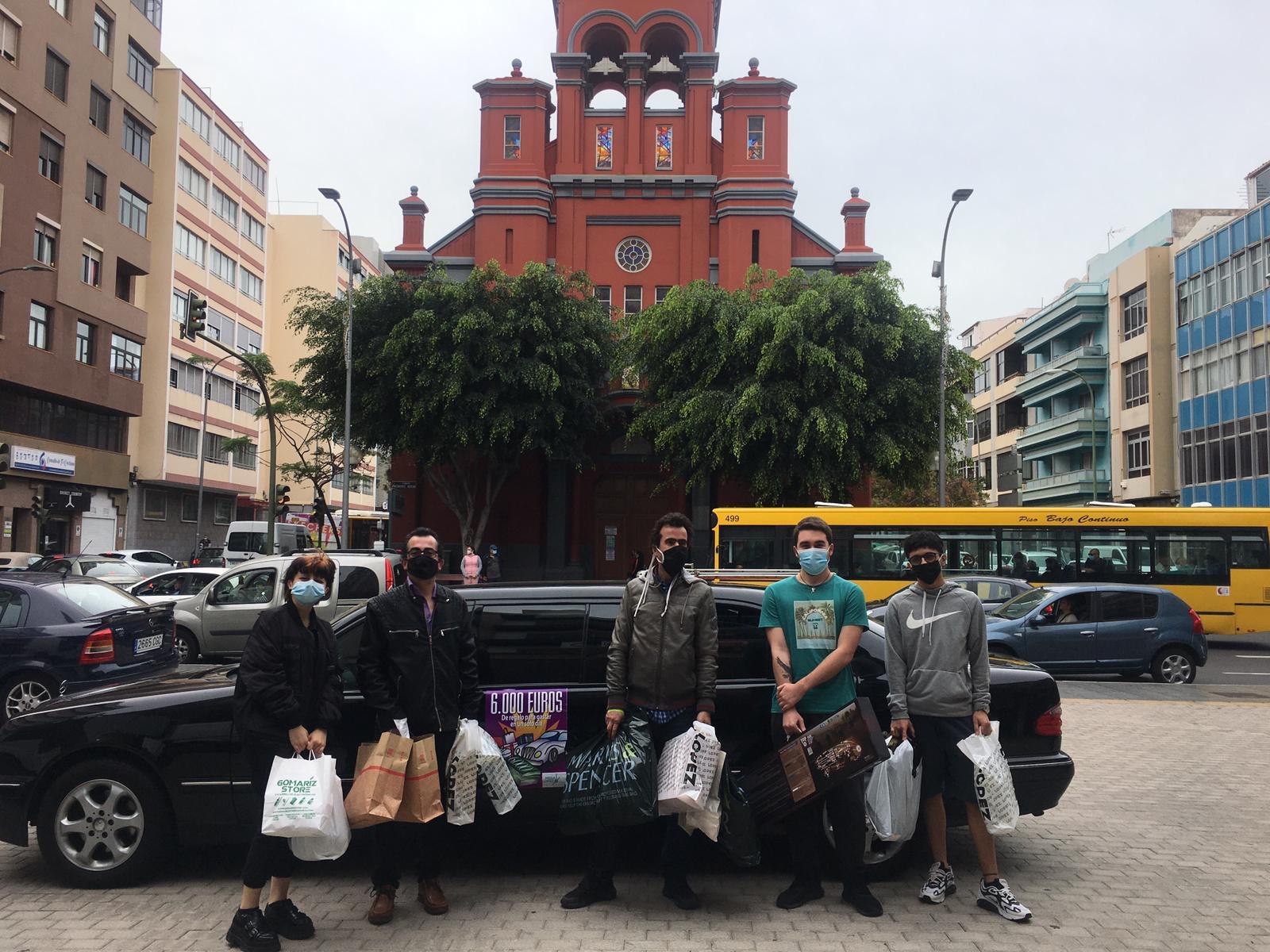 Foto familiar con las compras (2) - sorteo 6.000 € 2021 en Zona Mesa y López