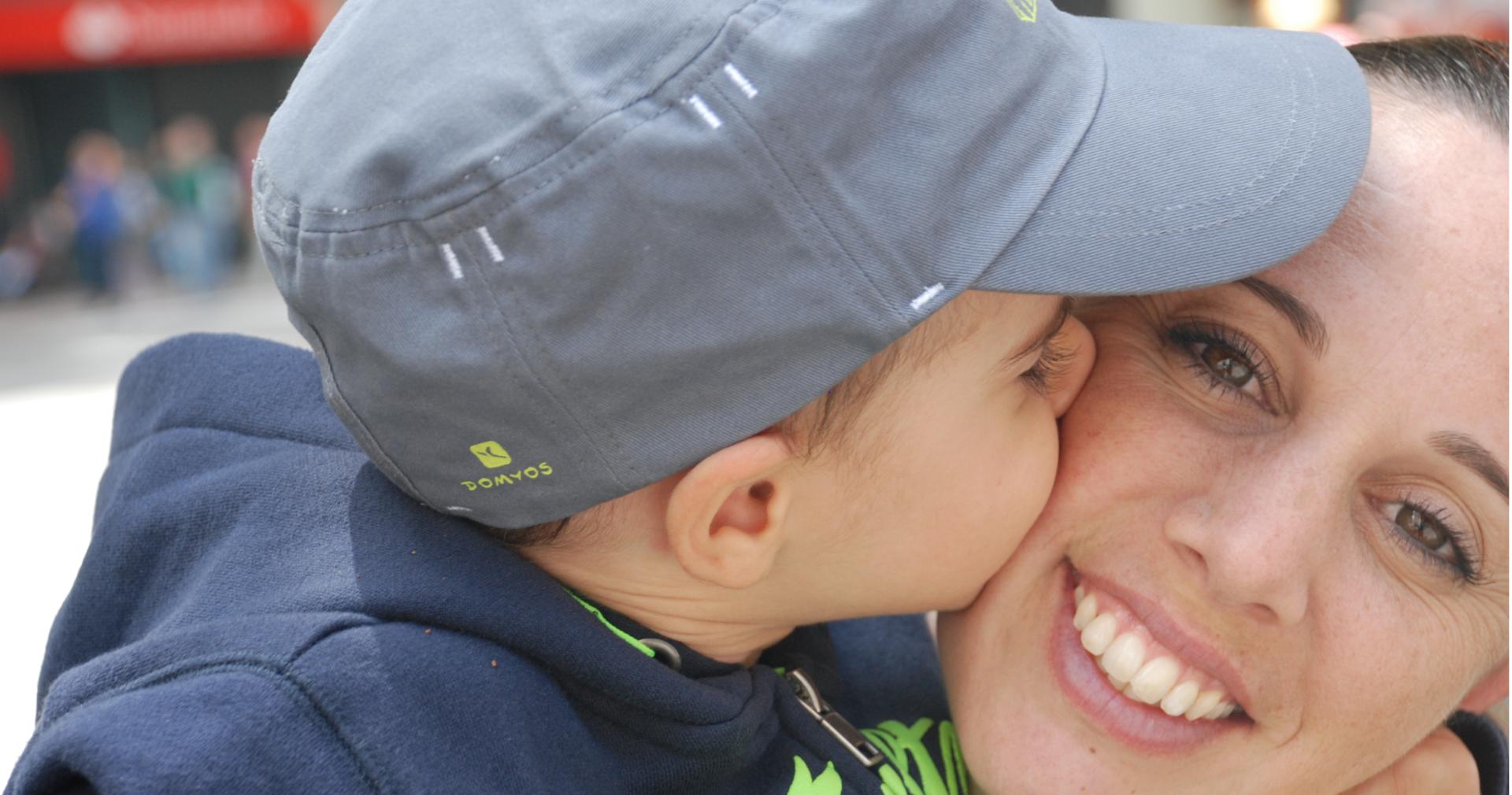 Fotografía de una madre y su hijo en Zona Mesa y López