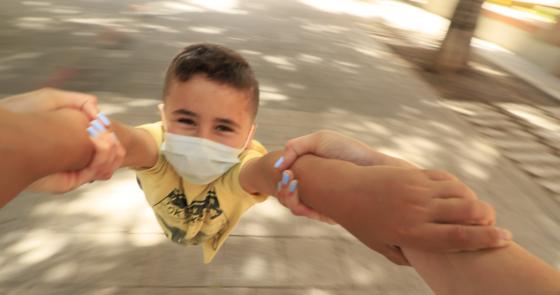 Niño con mascarilla en Mesa y López - nivel 3 Las Palmas de Gran Canaria